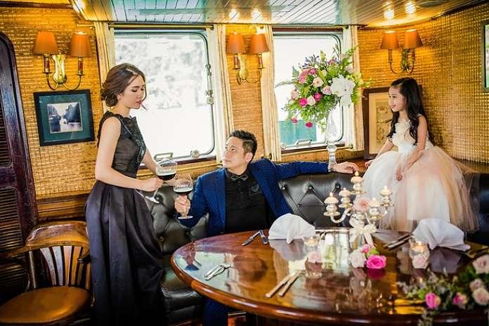 Cả gia đình chụp ảnh trên tàu Emeraude sang trọng