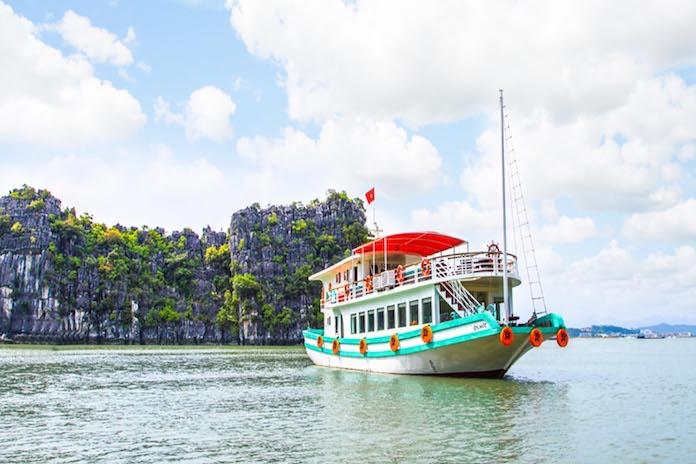 Du thuyền ngày Hạ Long