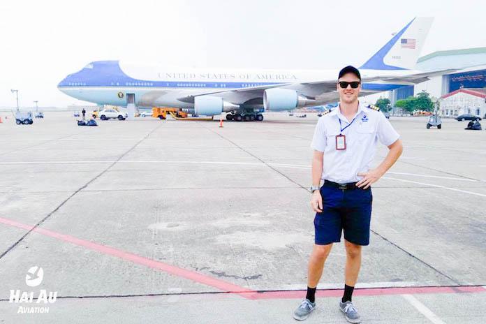 Cơ trưởng của Hàng không Hải Âu bên cạnh chiếc Air Force One